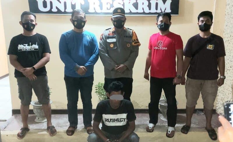 Unit Reskrim Polsek Tempe, berhasil menangkap pelaku penganiayaan, H. Nampak Kapolsek Tempe (pakaian seragam) bersama denga Kanit Reskrim, telah mengamankan pelaku di Kantor Polsek Tempe (foto : istimewa)