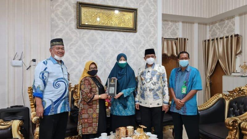 Kepala balai Diklat keagamaan Makassar, Juhra, melakukan kunjungan silaturahmi ke rumah jabatan Bupati Wajo (foto : Roslandi)