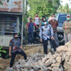 Kadis PUPR Kabupaten Wajo, A.Pammeneri, mendampingi Bupati Wajo, Amran Mahmud, meninjau pembangunan infrastruktur jalan (foto : Edy)