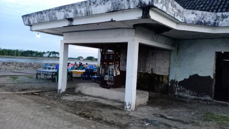 Bangunan Stasiun Pengisian Bahan Bakar (SPB) untuk nelayan yang berada dalam lokasi kawasan wisata Bangsalae, tak terawat, mesin pompanya sudah berkarat dan sebahagian alatnya hilang (foto : Gus)