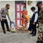 Pemerintah desa Randomayang mengunjungi dan menyalurkan paket Sembako kepada warganya yang sedang menjalani isolasi mandiri (foto : idham)