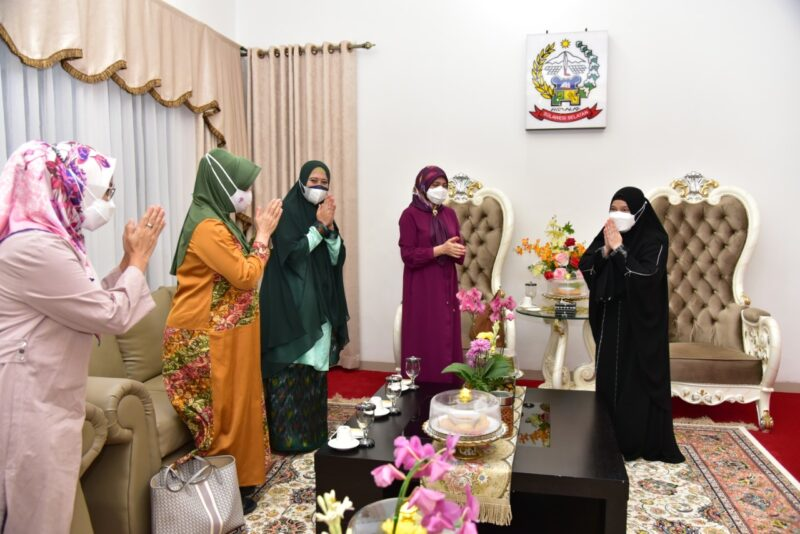 Ketua Tim penggerak PKK Kabupaten Wajo, St. Maryam mempromosikan kain sutera kepada isteri menpora (foto : istimewa)