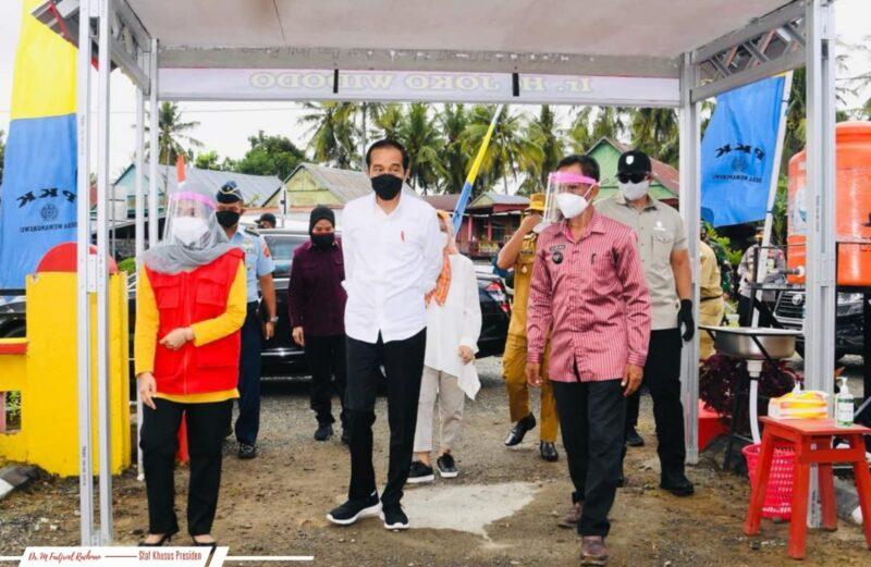 Kepala Puskesmas Wewangrewu, Kabupaten Wajo, dr. A. Nurrahma, menyambut kedatangan Presiden RI, Joko Widodo dalam rangka kunjungan kerja, menyaksikan pelaksanaan vaksinasi di Puskesmas Wewangrewu (foto : istimewa)