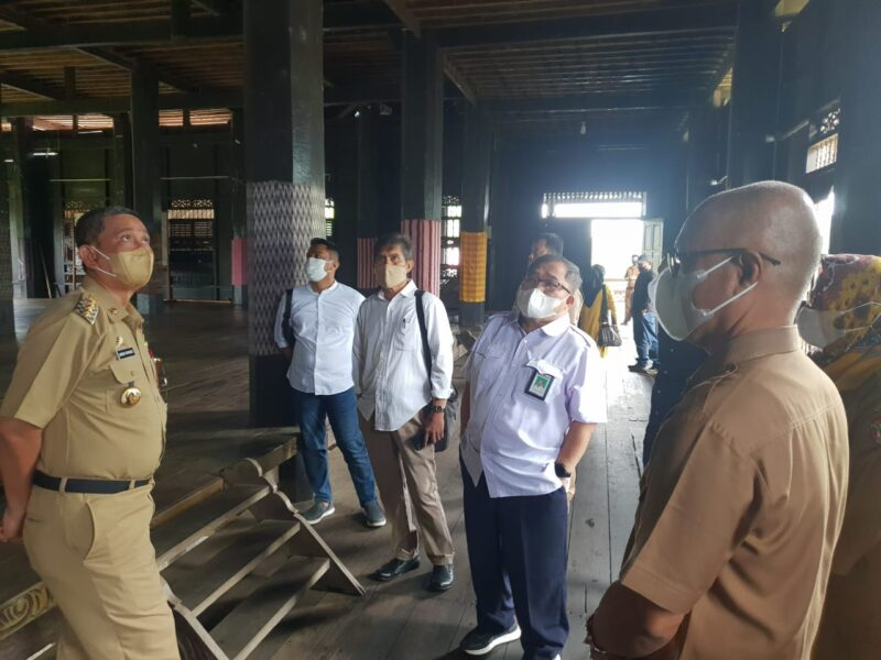 Tenaga Ahli Anggota DPR RI A. Iwan Darmawan Aras, bersama dengan Bupati Wajo, H. Amran Mahmud meninjau rumah adat atakkae (foto : Fadel)