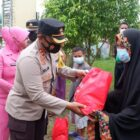Kapolres Wajo, AKBP Muhammad Islam menyerahkan bantuan kepada korban banjir (foto : Humas Polres Wajo)