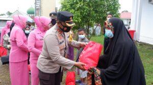 Kapolres Wajo Serahkan Bantuan Sembako Untuk Korban Banjir di Tempe
