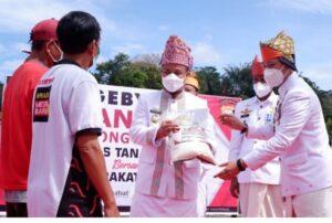 Bantu Masyarakat Terdampak Covid- 19, Polres Tana Toraja Salurkan 1.000 Karung Beras