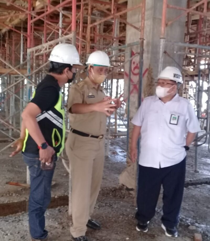 Bupati Wajo, H. Amran Mahmud berbincang dengan kepala balai prasarana pemukiman provinsi Sulsel, Ahmad Asiri, saat meninjau progres pembangunan pasar tempe (foto: Ruslandi)